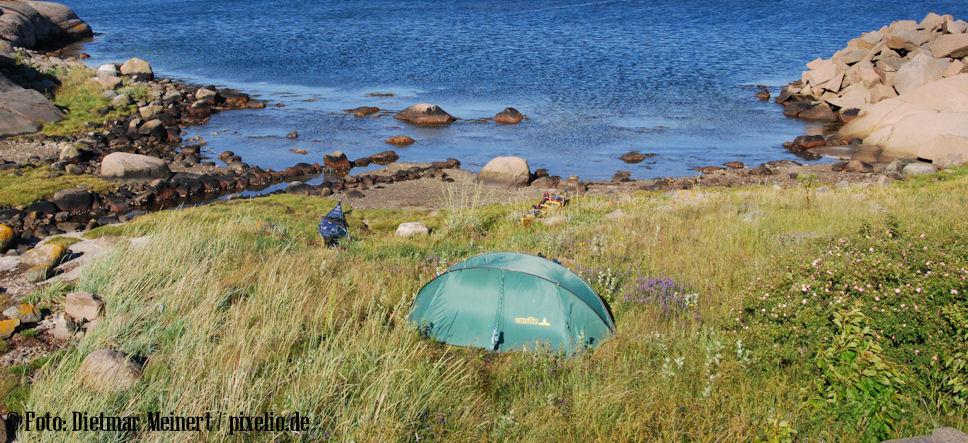 Ein Wildcamper auf einer Insel
